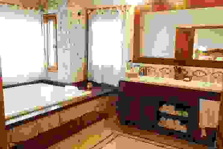 Baños de estilo clásico de CIBA ARQUITECTURA Clásico