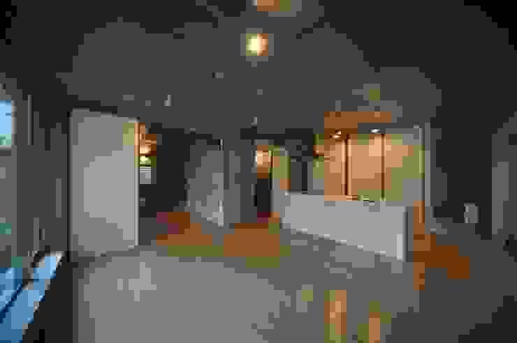 Salon moderne par HAN環境・建築設計事務所 Moderne
