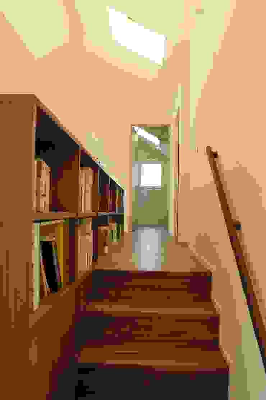 HAN環境・建築設計事務所 Modern corridor, hallway & stairs