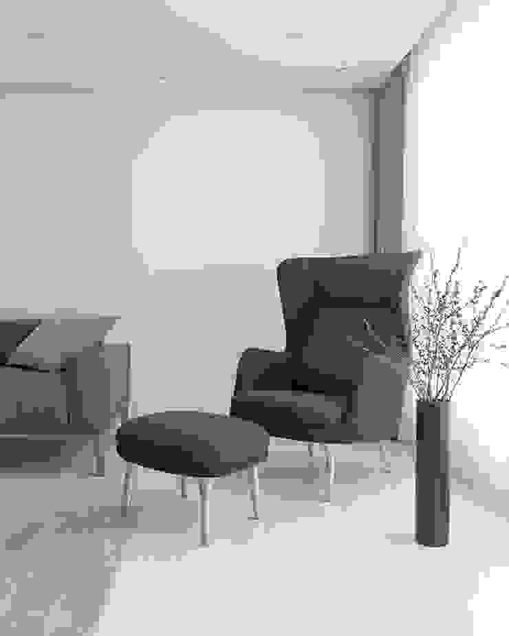 화이트 톤으로 모던하고 미니멀하게 꾸민 30평대 아파트 인테리어 모던스타일 거실 by husk design 허스크디자인 모던