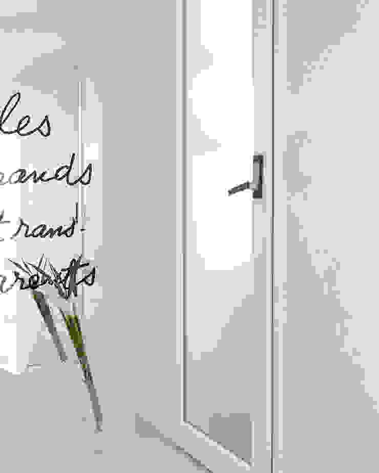화이트 톤으로 모던하고 미니멀하게 꾸민 30평대 아파트 인테리어 모던스타일 복도, 현관 & 계단 by husk design 허스크디자인 모던