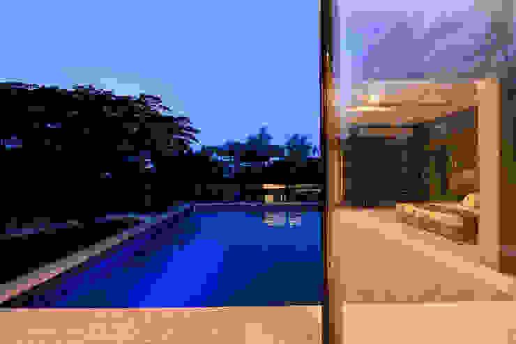 DIVYA BUNGALOW Modern pool by smstudio Modern