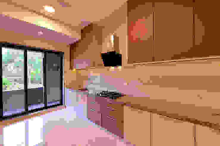 DIVYA BUNGALOW Modern kitchen by smstudio Modern