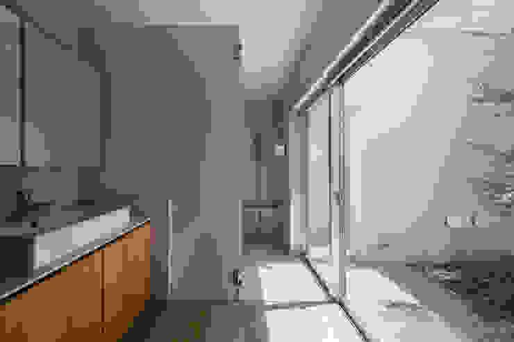 井の頭の家 / House in Inokashira 庄司寛建築設計事務所 / HIROSHI SHOJI ARCHITECT&ASSOCIATES モダンスタイルの お風呂