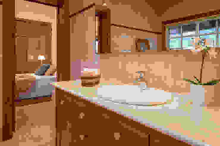Rustic style bathroom by MORANDO INMOBILIARIA Rustic