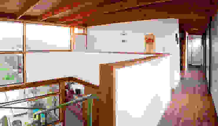 DOBLE ALTURA HALL DE ACCESO Pasillos, vestíbulos y escaleras modernos de homify Moderno