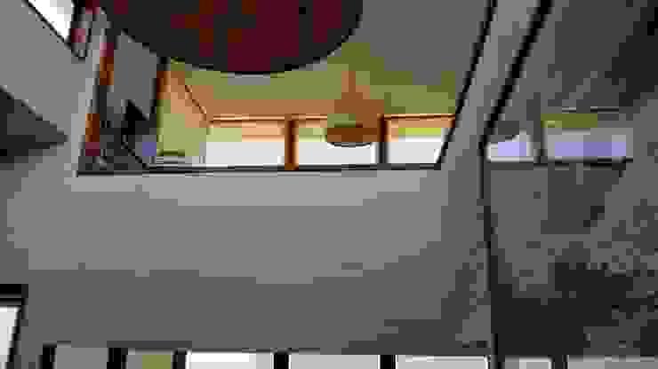 モダンスタイルの 玄関&廊下&階段 の KIMCHE ARQUITECTOS モダン 木 木目調