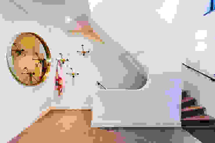 Pasillos, vestíbulos y escaleras modernos de DWB2C Moderno