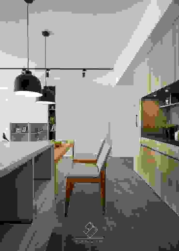 Sala da pranzo in stile scandinavo di 極簡室內設計 Simple Design Studio Scandinavo Piastrelle
