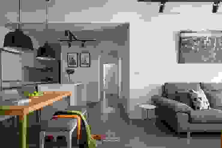 Sala da pranzo in stile scandinavo di 極簡室內設計 Simple Design Studio Scandinavo Legno Effetto legno