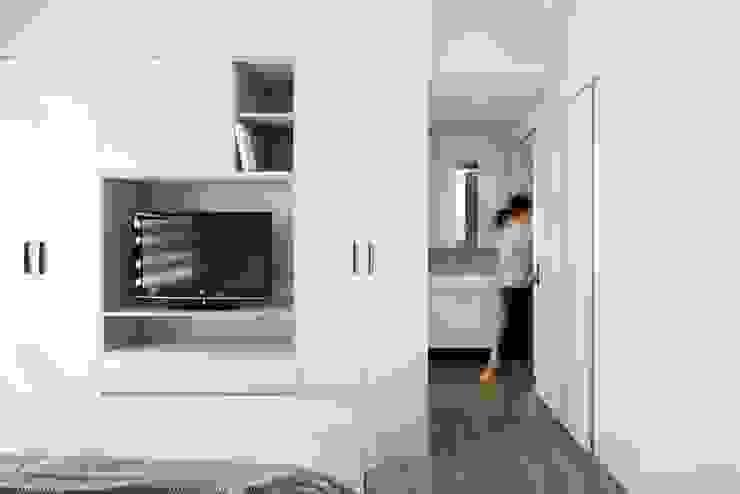 主臥電視櫃 Scandinavian style bedroom by 極簡室內設計 Simple Design Studio Scandinavian MDF