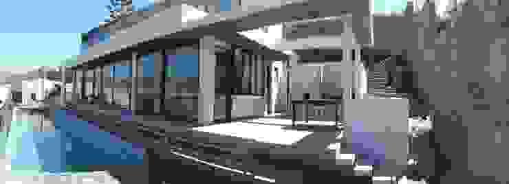 FACHADA PRINCIPAL Balcones y terrazas modernos de homify Moderno