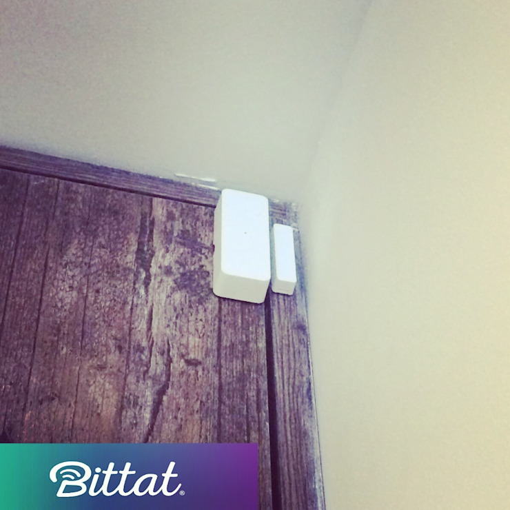 Sensor de apertura de puerta Salas multimedia de estilo moderno de Bittat Moderno Tableros de virutas orientadas