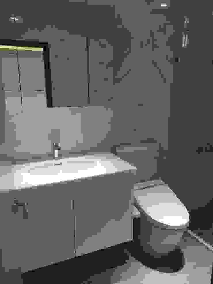 五股中興路設計案 整體穿透 提升豪華價值 現代浴室設計點子、靈感&圖片 根據 捷士空間設計(省錢裝潢) 現代風
