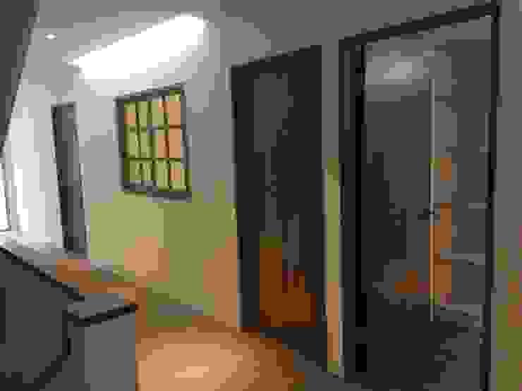 Paredes e pisos modernos por 捷士空間設計(省錢裝潢) Moderno