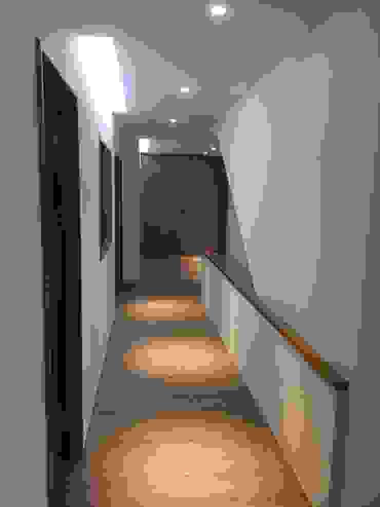 五股中興路設計案 整體穿透 提升豪華價值 現代風玄關、走廊與階梯 根據 捷士空間設計(省錢裝潢) 現代風