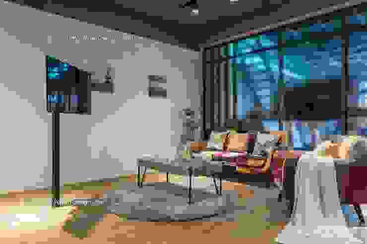 憶~追思:  視聽室 by 鼎士達室內裝修企劃, 工業風 實木 Multicolored
