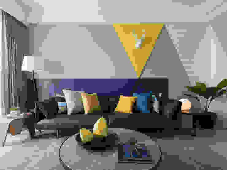 造型沙發背牆 现代客厅設計點子、靈感 & 圖片 根據 存果空間設計有限公司 現代風