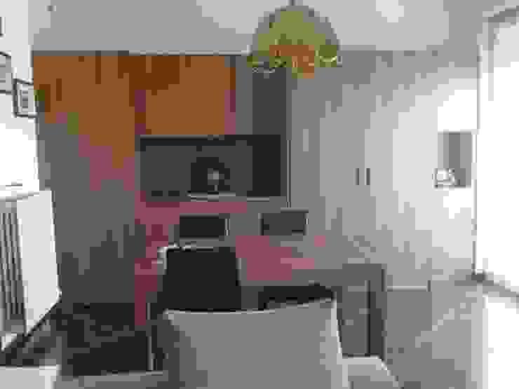 soggiorno con ufficio nascosto di Frigerio Paolo & C. Classico Legno Effetto legno
