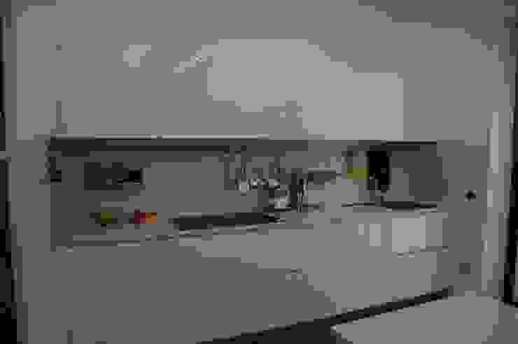 Cucina bianca lucida di Frigerio Paolo & C. Moderno Legno Effetto legno