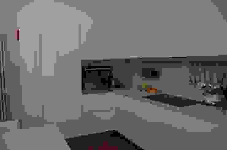 cucina bianca lucida a poliestere con piani e schienali in Okite Bianco di Frigerio Paolo & C. Moderno Marmo