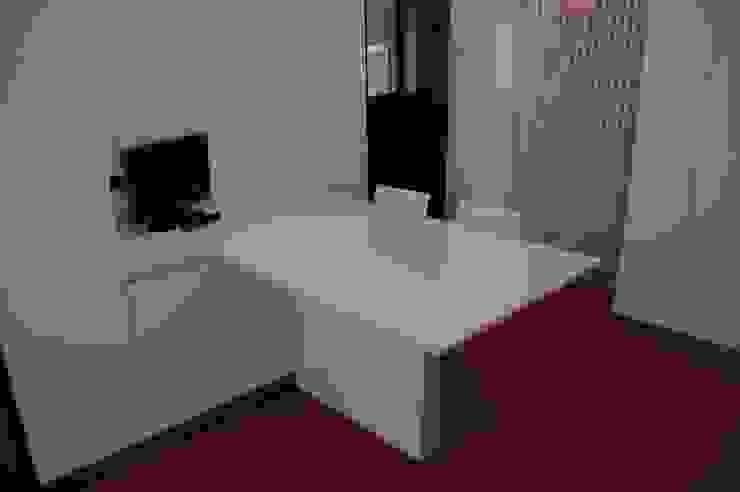 tavolo a penisola con piano in Okite bianco di Frigerio Paolo & C. Moderno Marmo