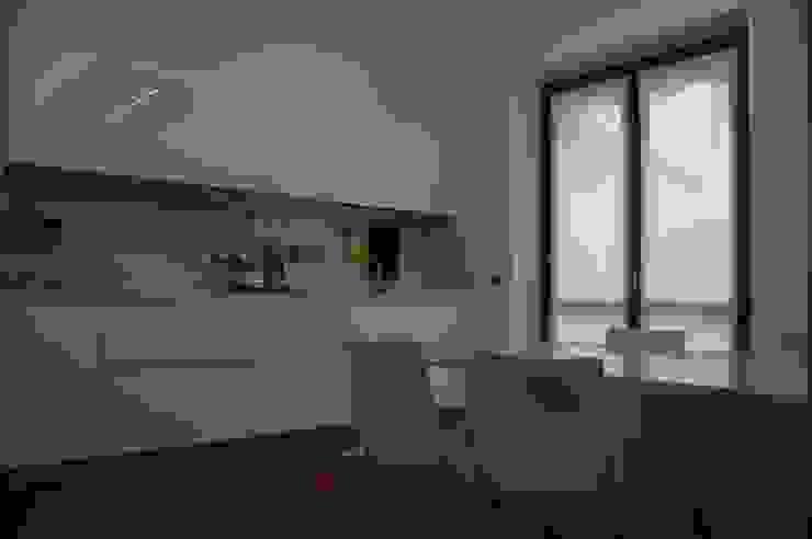 cucina con piani e schienali in Okite Bianco Assoluto di Frigerio Paolo & C. Moderno Marmo