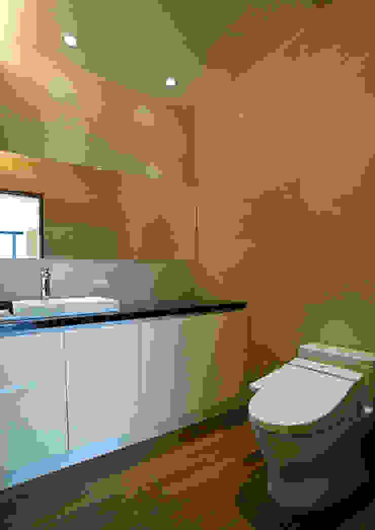 全室案例-基隆市楊宅 現代浴室設計點子、靈感&圖片 根據 ISQ 質の木系統家具 現代風