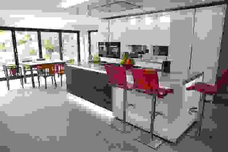 Polar White Kitchen with stools by Perresini Nhà bếp phong cách hiện đại bởi PTC Kitchens Hiện đại