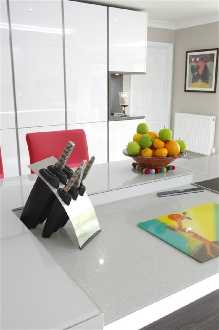 Stylish White Kitchen Nhà bếp phong cách hiện đại bởi PTC Kitchens Hiện đại