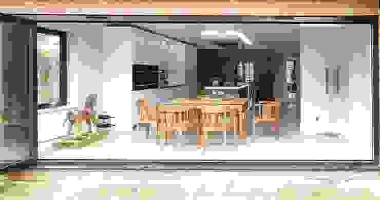 Bi-fold Doors bởi PTC Kitchens Hiện đại