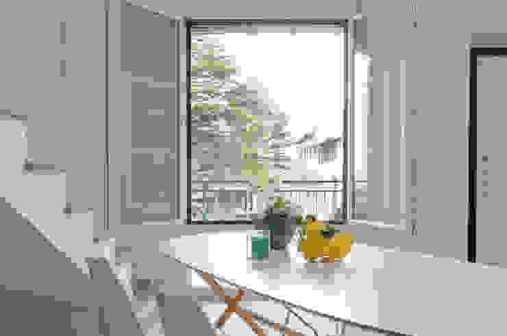 """Home staging di trilocale in vendita - """"I Giardini di Casbeno""""-Varese Cucina moderna di Boite Maison Moderno"""