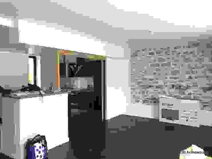La pose du parquet et des menuiseries intérieures prend fin, tout comme à l'extérieur le jeu de contraste s'affirme 3B Architecture Salon moderne Bois Blanc