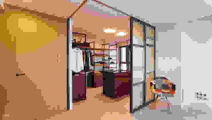 Un ático con estilo Vestidores de estilo moderno de Ideas Interiorismo Exclusivo, SLU Moderno