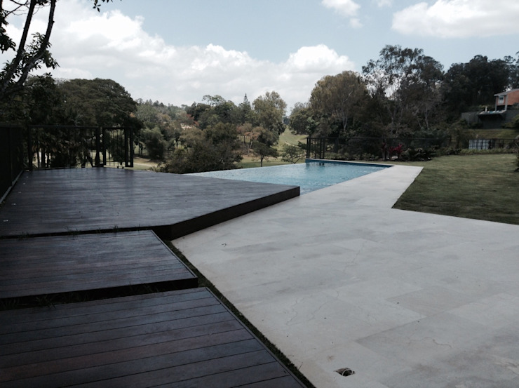 Caminería hacia la piscina OMAR SEIJAS, ARQUITECTO Piscinas de estilo moderno