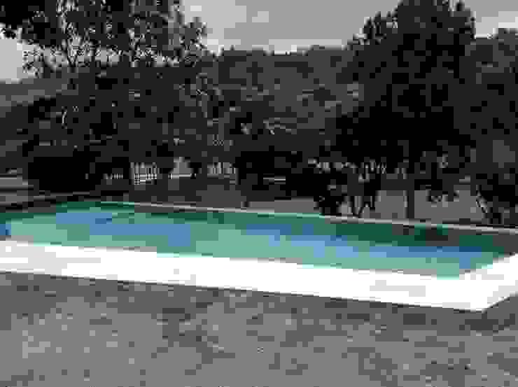 Vista de la piscina desde la habitación principal OMAR SEIJAS, ARQUITECTO Piscinas de estilo moderno