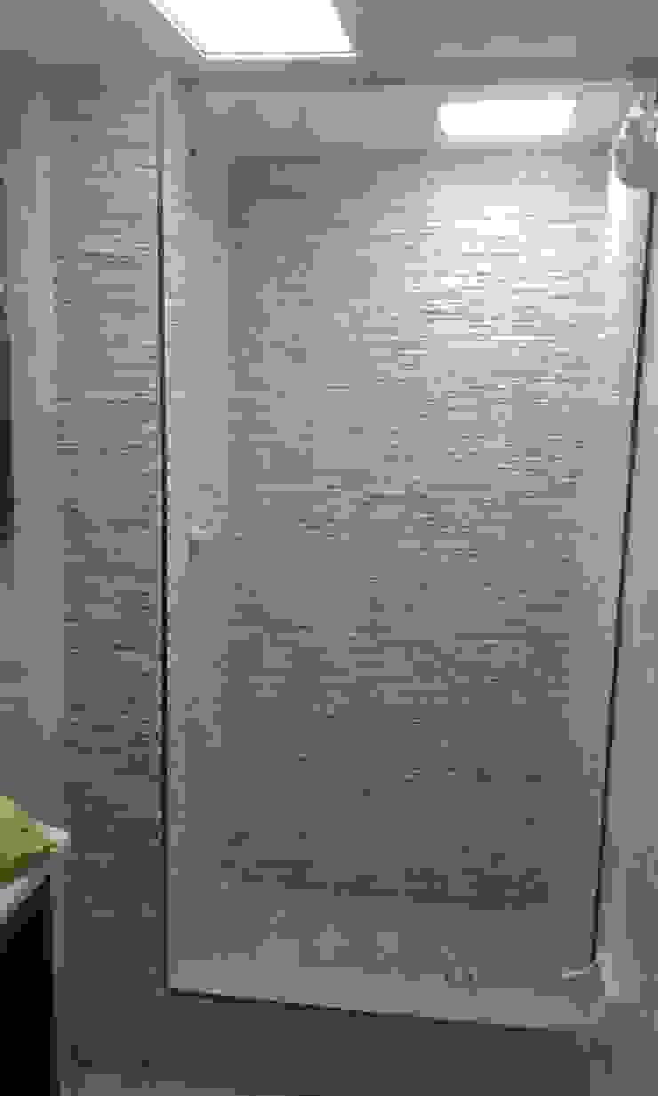 Minimalist style bathroom by Trazos Studio SAS Minimalist