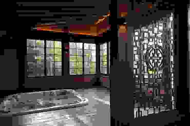 Casa de vacaciones y Spa en estilo japonés de Studio B&L Asiático Madera Acabado en madera