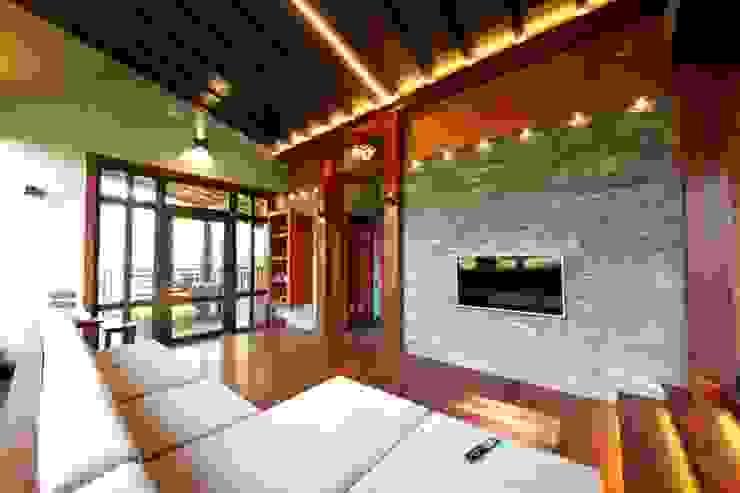 Casa de vacaciones y Spa en estilo japonés Salas de estilo asiático de Studio B&L Asiático Granito