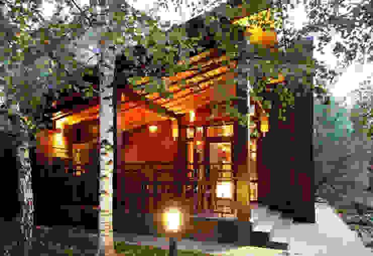 Casa de vacaciones y Spa en estilo japonés Balcones y terrazas asiáticos de Studio B&L Asiático Madera maciza Multicolor
