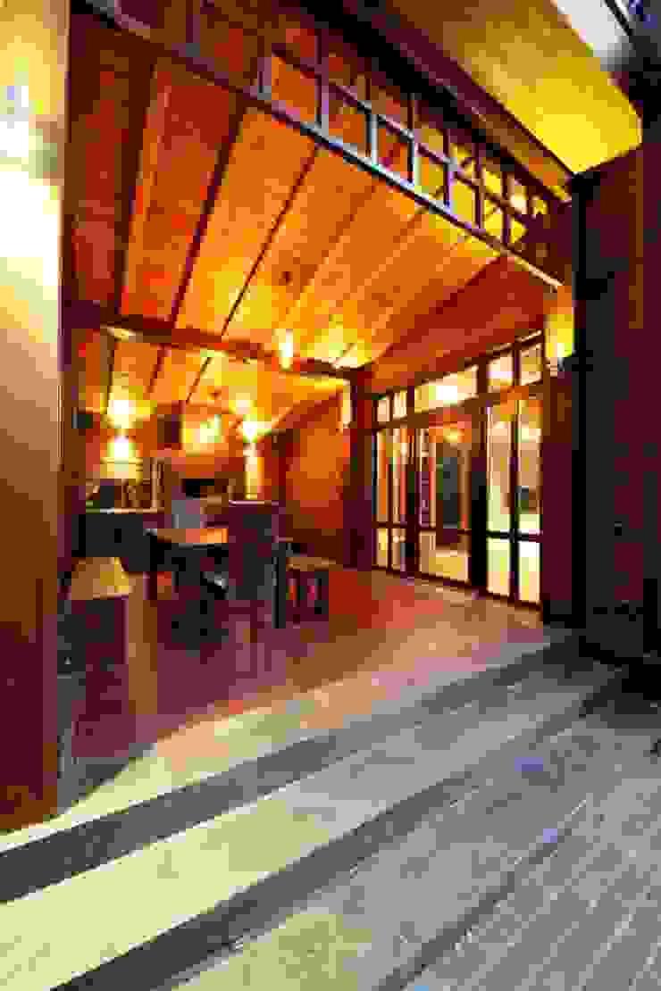Casa de vacaciones y Spa en estilo japonés Balcones y terrazas asiáticos de Studio B&L Asiático Madera Acabado en madera