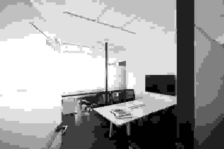 KJ SOFT. 根據 築一國際室內裝修有限公司 現代風