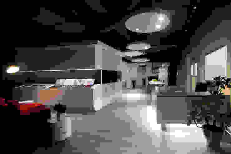 Edificios de oficinas de estilo moderno de 成寰設計有限公司 Moderno Vidrio