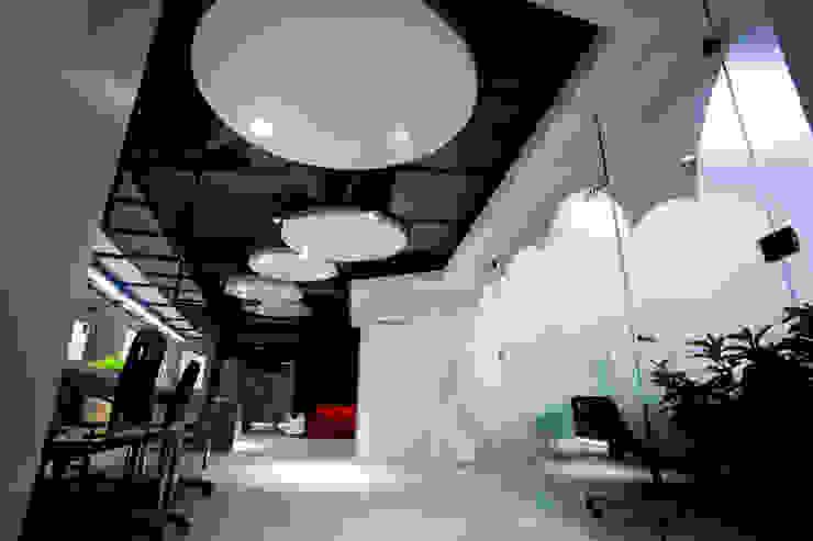 Edificios de oficinas de estilo moderno de 成寰設計有限公司 Moderno Metal