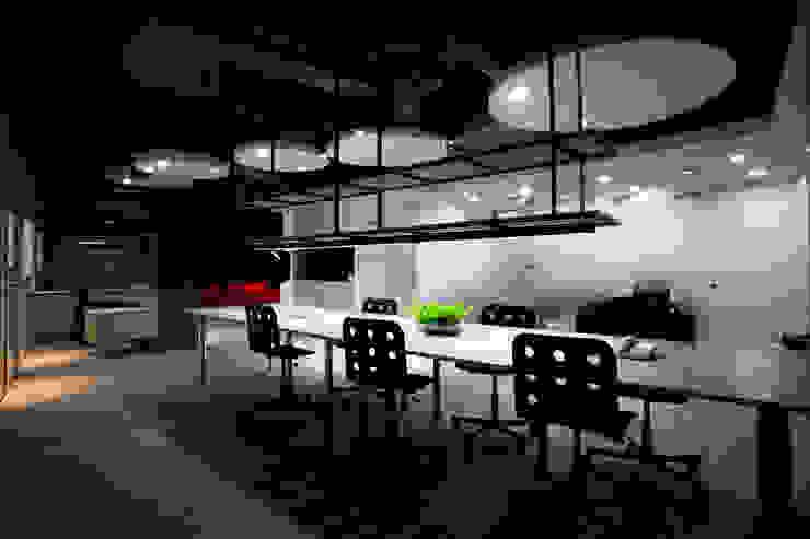 Oficinas y tiendas de estilo moderno de 成寰設計有限公司 Moderno Hierro/Acero