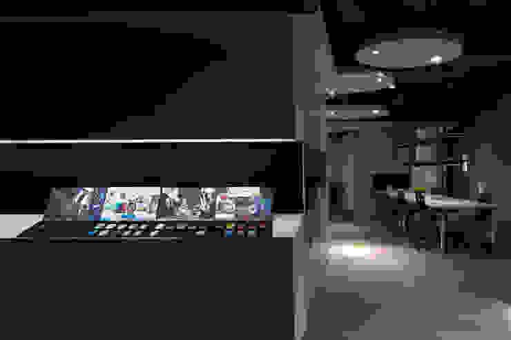 Espacios comerciales de estilo moderno de 成寰設計有限公司 Moderno Compuestos de madera y plástico