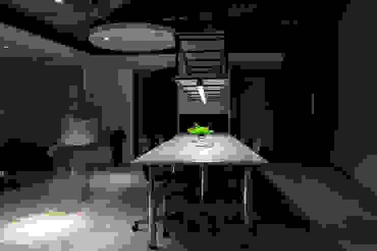 Oficinas y tiendas de estilo moderno de 成寰設計有限公司 Moderno Contrachapado