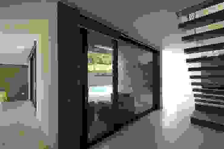 Villa unifamiliare con piscina a Foligno (PG) Ingresso, Corridoio & Scale in stile moderno di Fabricamus - Architettura e Ingegneria Moderno