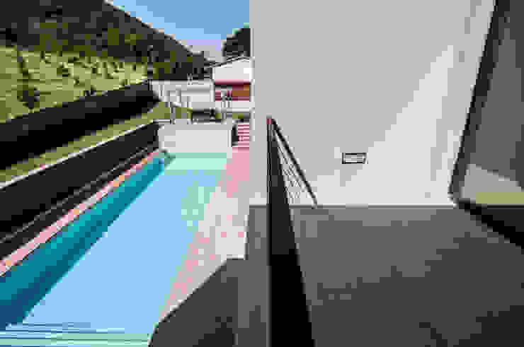 Villa unifamiliare con piscina a Foligno (PG) Balcone, Veranda & Terrazza in stile moderno di Fabricamus - Architettura e Ingegneria Moderno