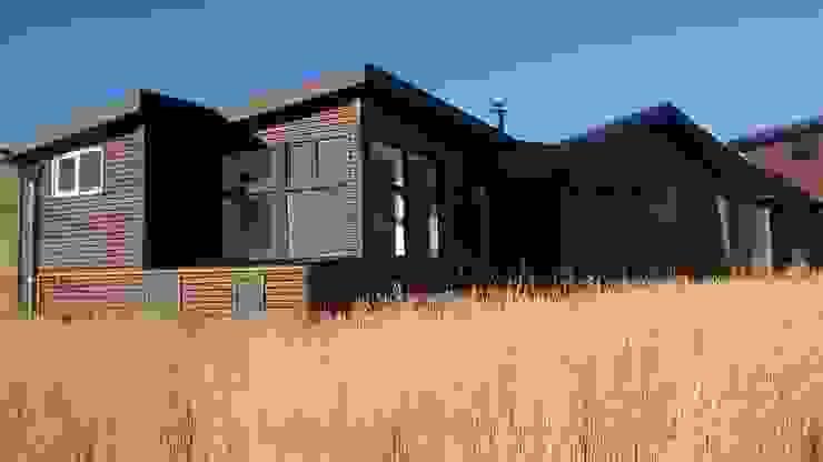 FACHADA LATERAL Casas estilo moderno: ideas, arquitectura e imágenes de BE ARQUITECTOS Moderno